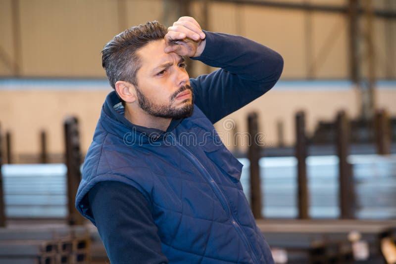 Travailleur épuisé dans l'entrepôt de distribution images stock