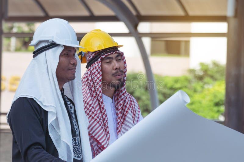 Travailleur arabe d'hommes d'affaires sur la construction photographie stock libre de droits