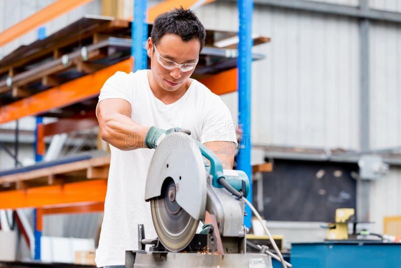 Travailleur asiatique dans l'usine sur le plancher d'usine photo stock