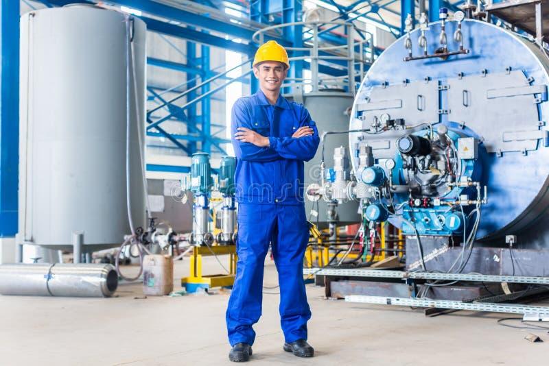 Travailleur asiatique fier dans l'usine de production image stock