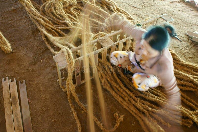Travailleur asiatique, tapis de fibre de coco, Vietnamien, fibre de noix de coco photo libre de droits