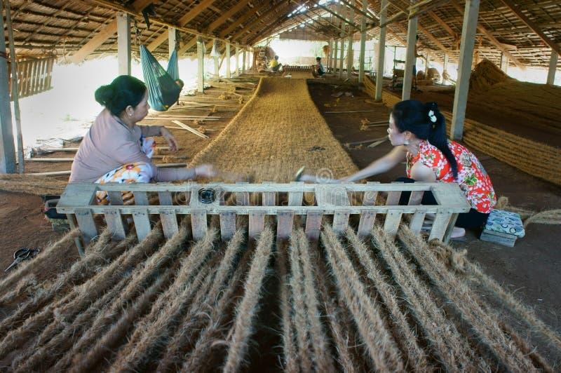Travailleur asiatique, tapis de fibre de coco, Vietnamien, fibre de noix de coco photo stock