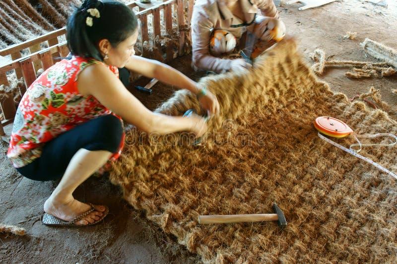Travailleur asiatique, tapis de fibre de coco, Vietnamien, fibre de noix de coco images stock