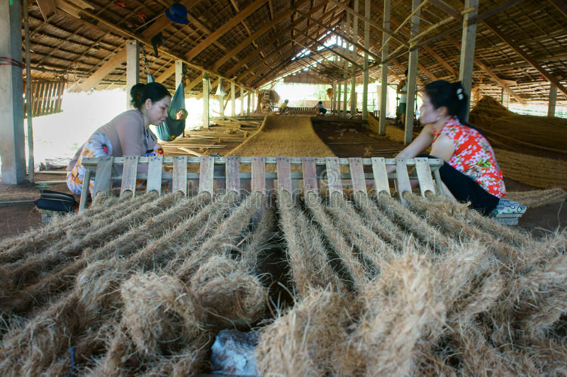 Travailleur asiatique, tapis de fibre de coco, Vietnamien, fibre de noix de coco photos stock