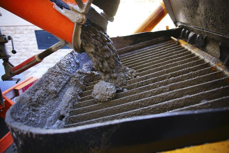 Travailleur assidu et mélangeur camion-concret photo libre de droits