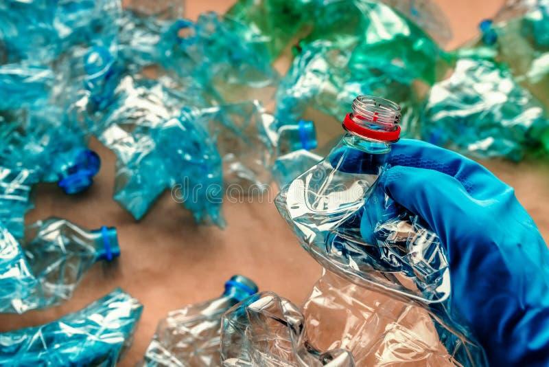 Travailleur assortissant les bouteilles en plastique photos stock