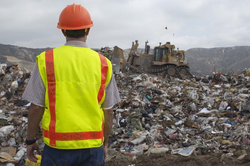 Travailleur au centre d'enfouissement des déchets photographie stock