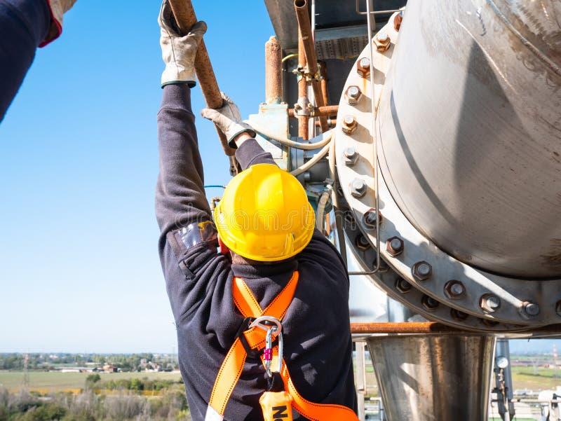 Travailleur au travail à la taille avec l'équipement de protection personnel photographie stock