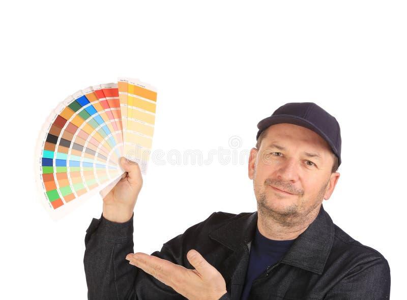 Travailleur avec des échantillons de couleur. photo stock