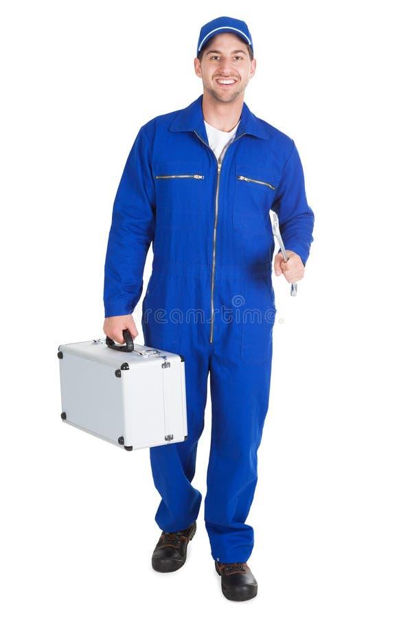 Travailleur avec la boîte à outils et la clé images stock
