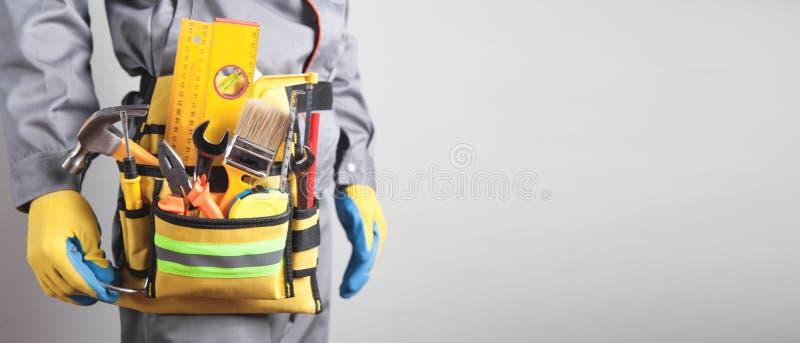 Travailleur avec une ceinture d'outil. Outils de construction  photos libres de droits