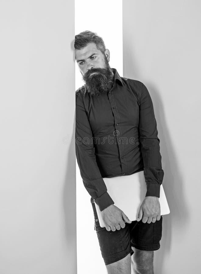 Travailleur barbu de hippie d'homme avec le maigre d'ordinateur portable sur le mur Programmeur ou concepteur de développeur web  photographie stock libre de droits