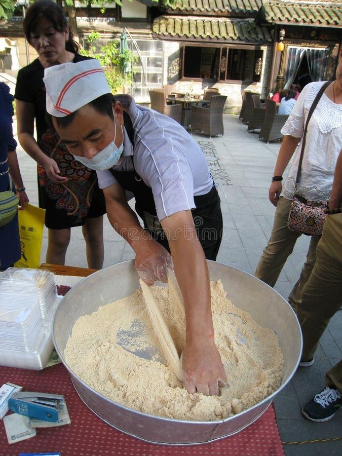 Travailleur chinois faisant le sucre de Bosi photographie stock libre de droits