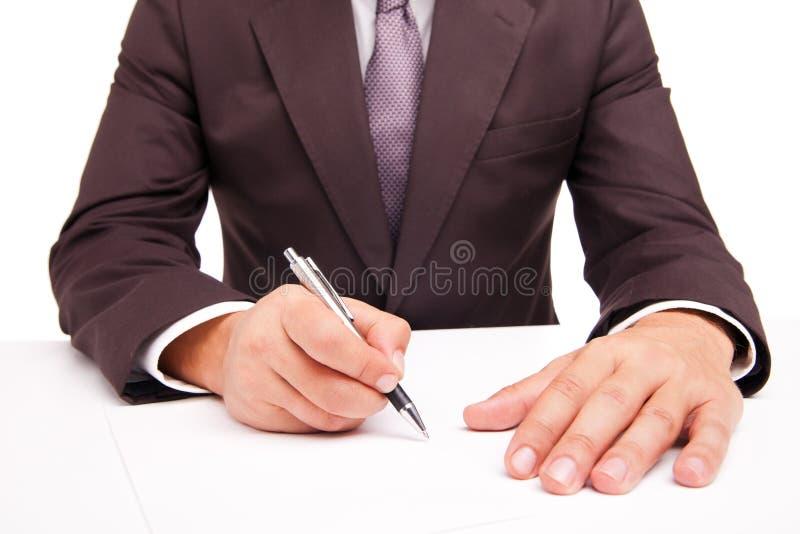 Travailleur d'affaires signant le contrat sur le blanc image libre de droits