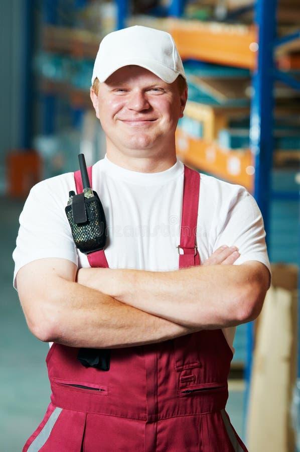 Travailleur d'entrepôt dans l'entrepôt avant photographie stock libre de droits