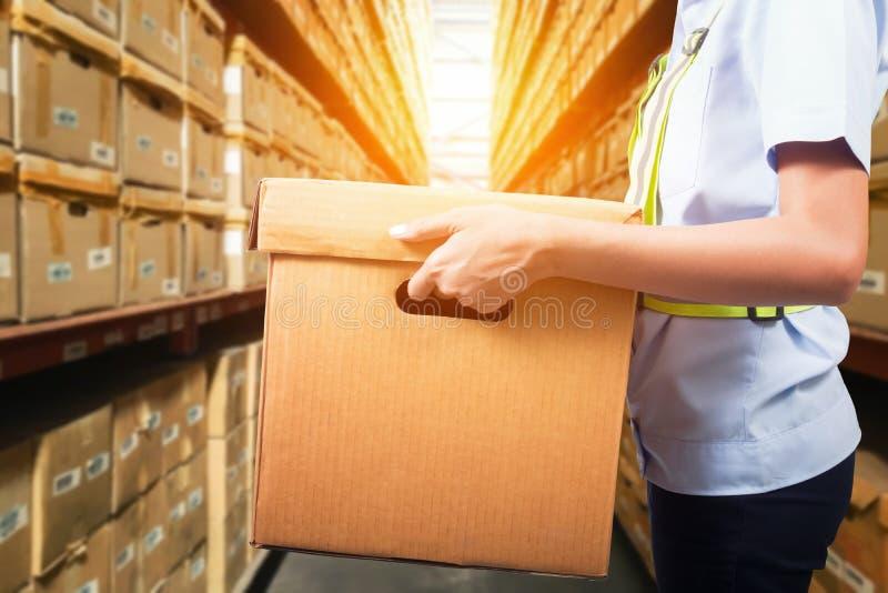 Travailleur d'entrepôt prenant le paquet photo libre de droits