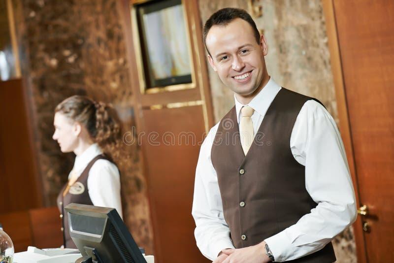 Travailleur d'hôtel à la réception images stock