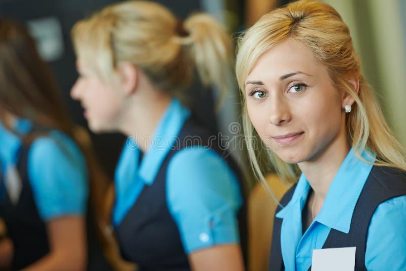 Travailleur d'hôtel à la réception photos libres de droits