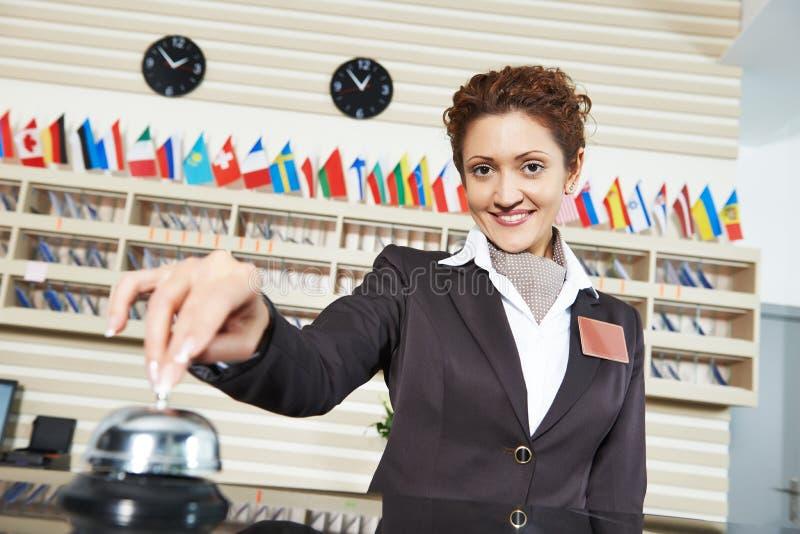 Travailleur d'hôtel à la réception photo stock