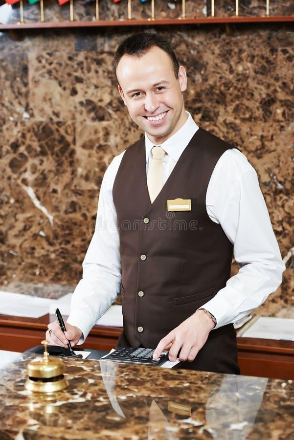 Travailleur d'hôtel avec la carte principale photos libres de droits