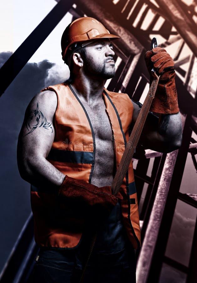 Travailleur d'hommes avec le casque orange image libre de droits