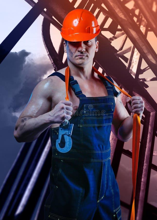 Travailleur d'hommes avec le casque orange image stock