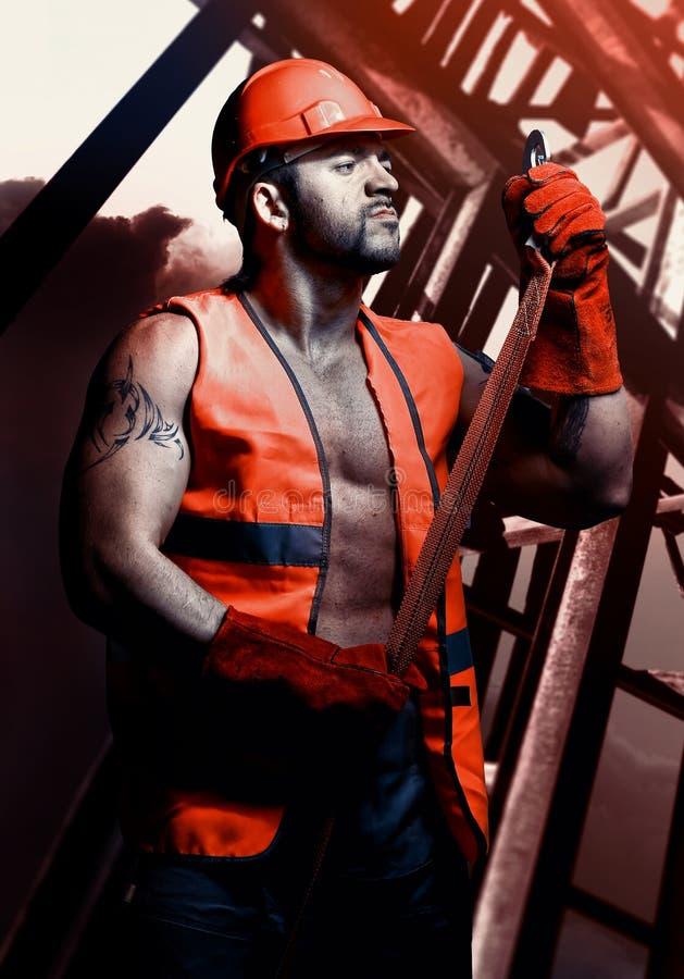 Travailleur d'hommes avec le casque orange photos stock