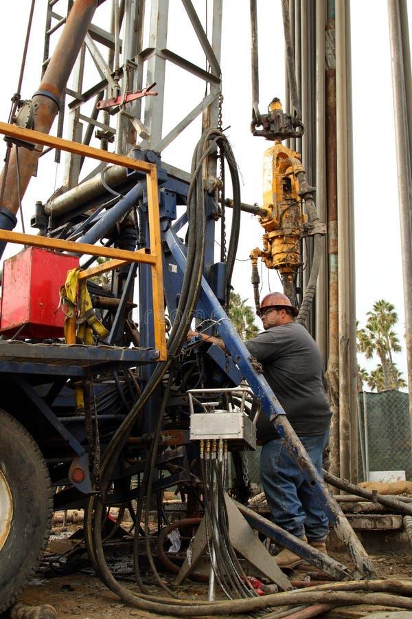 Travailleur d'huile au puits de pétrole abandonnant le chantier photo libre de droits