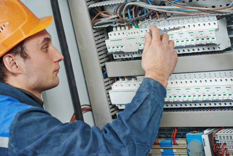 Travailleur d'ingénieur d'électricien image libre de droits
