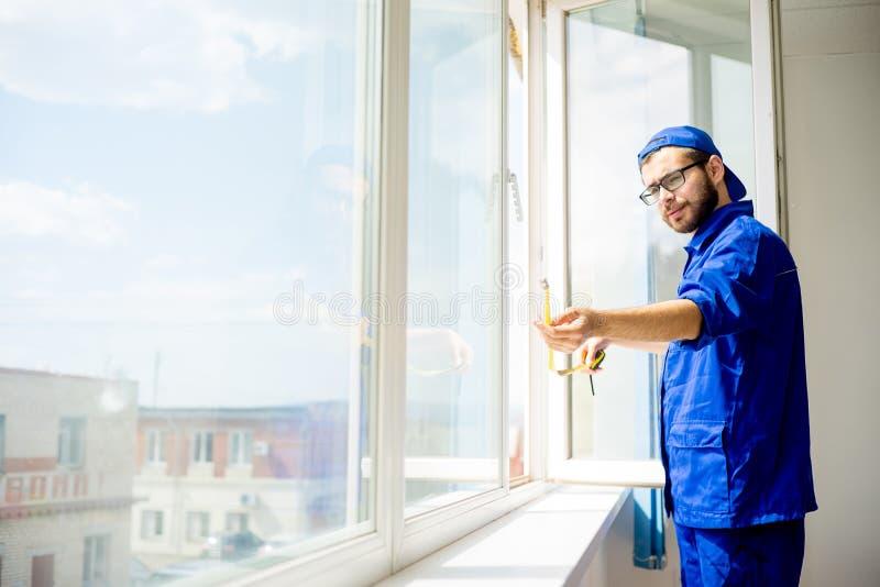 Travailleur d'installation de fenêtre images libres de droits