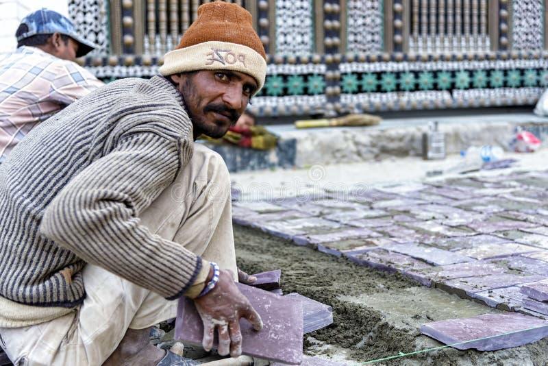 Travailleur dans la rue principale de Leh, Ladakh photo stock