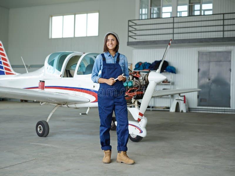 Travailleur dans le hangar photographie stock libre de droits