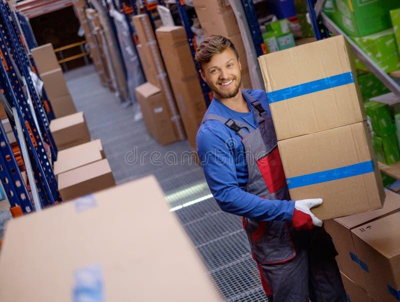 Travailleur dans un entrepôt de pièces de rechange image stock