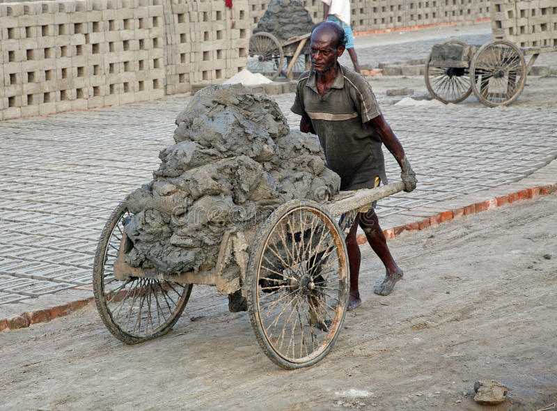 Travailleur dans une briqueterie images stock