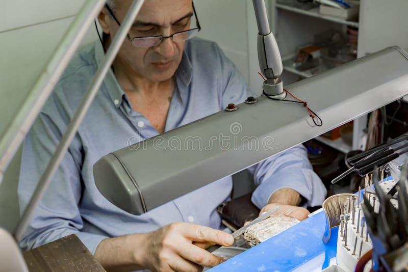 Travailleur de bijoux dans son laboratoire photographie stock libre de droits