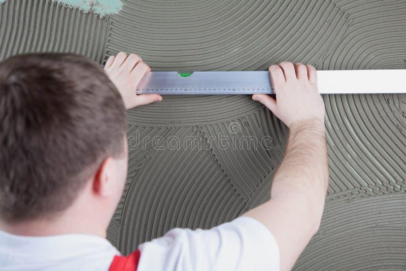 Download Travailleur De Constructeur Mesurant De Niveau De La Construction De Mur Avec Le Special Image stock - Image du rénovation, constructeur: 77155685