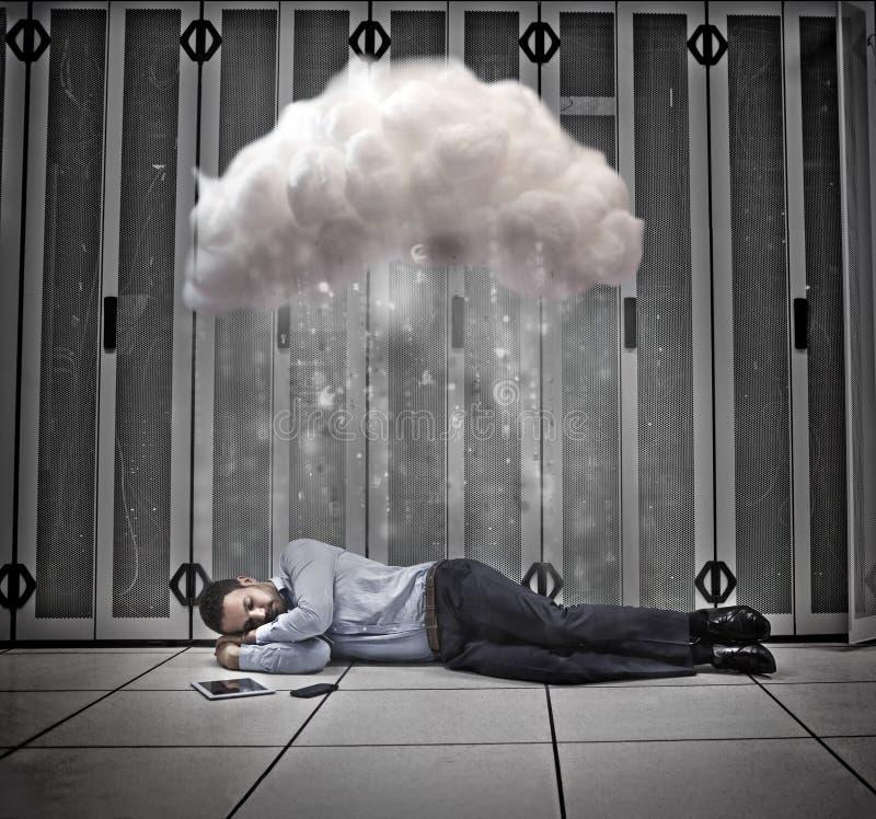 Travailleur de données faisant une sieste sous le nuage au centre de calculs photos libres de droits