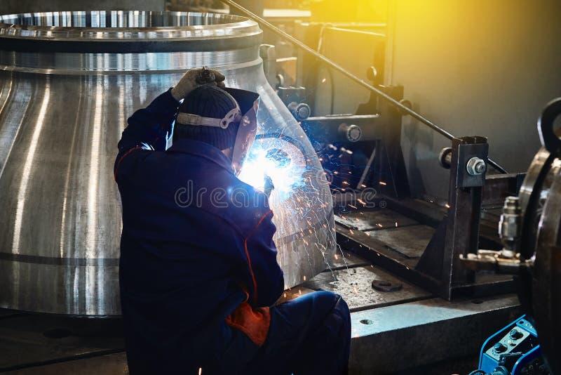 Travailleur de travailleur industriel à l'acier de soudure d'usine photographie stock libre de droits