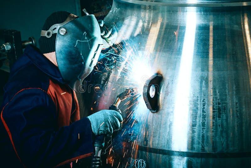 Travailleur de travailleur industriel à la structure métallique de soudure d'usine images stock