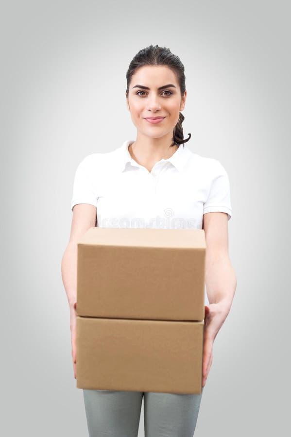 Travailleur de jeune femme tenant des boîtes images stock