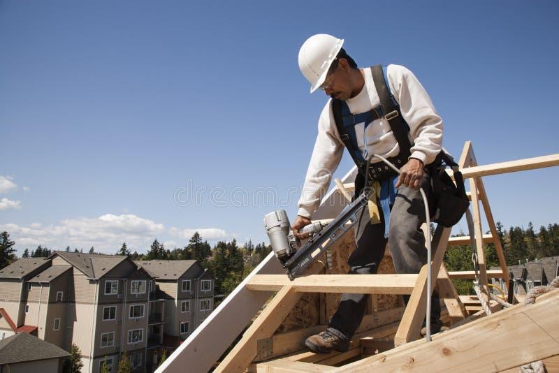 Travailleur de la construction au travail image stock