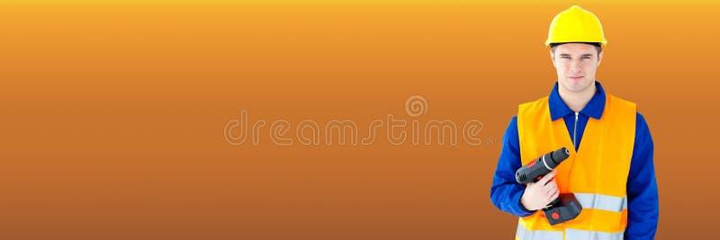 Travailleur de la construction avec le foret orange de participation de fond images stock