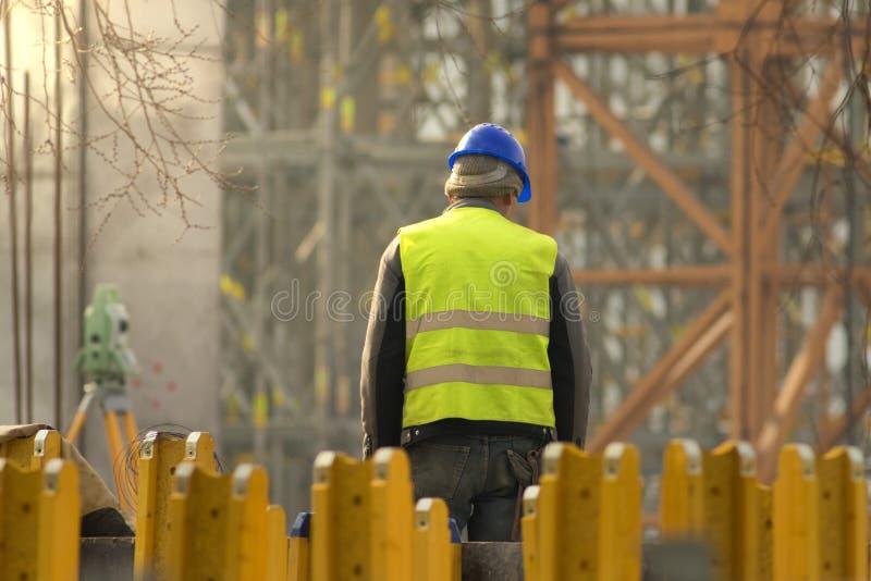 Travailleur de la construction avec le masque bleu au secteur de reconstruction photo stock