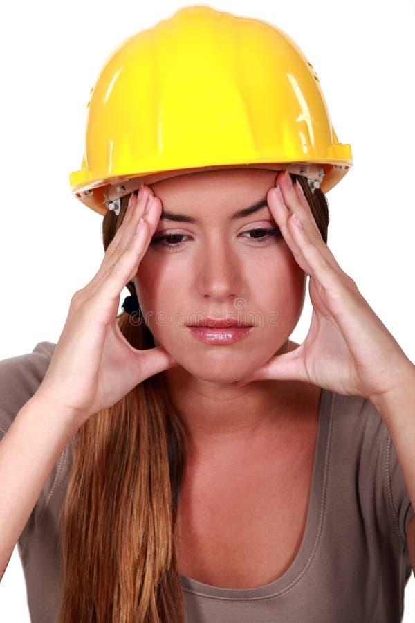 Travailleur de la construction avec un mal de tête images stock