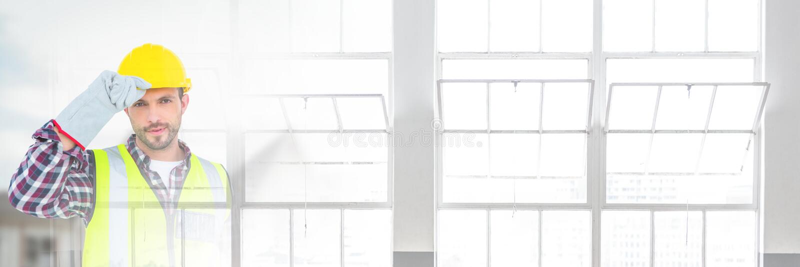 Travailleur de la construction devant le chantier de construction avec l'effet de transition de fenêtres images libres de droits