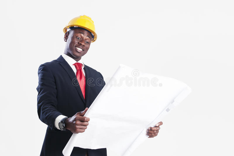 Travailleur de la construction heureux d'afro-américain tenant le modèle images stock
