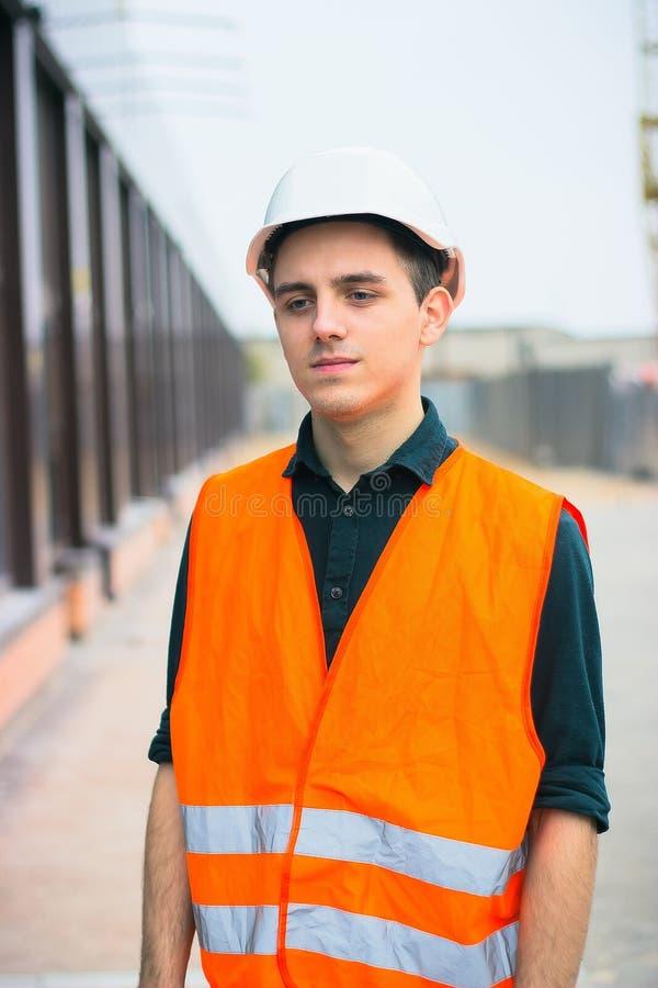Travailleur de la construction mis le feu du travail images stock
