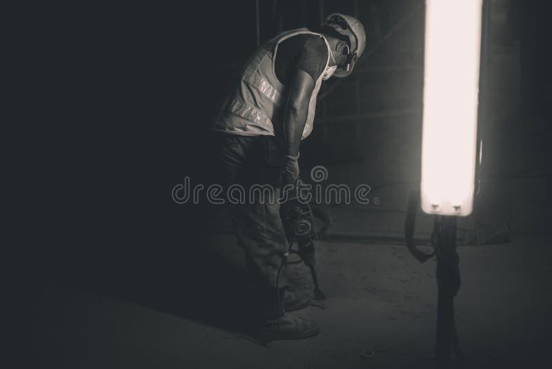 Travailleur de la construction de nuit photographie stock