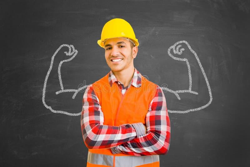 Travailleur de la construction plein d'assurance avec des muscles dessinés avec la craie images libres de droits