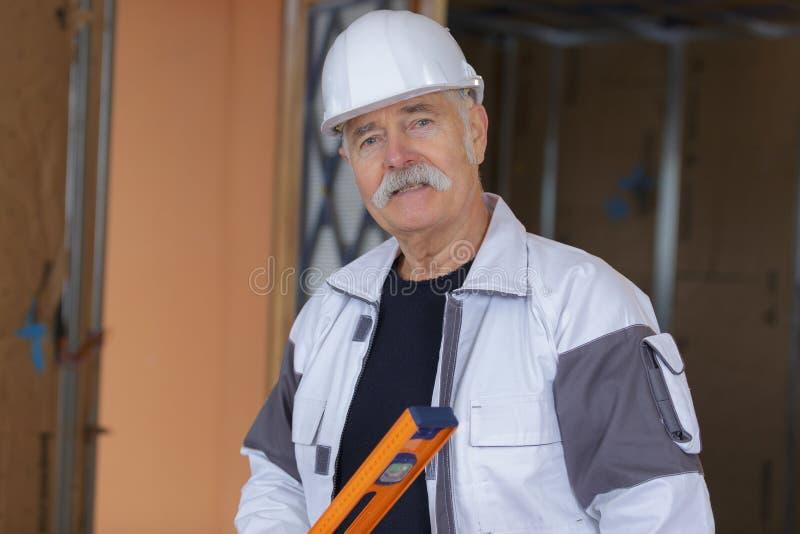 Travailleur de la construction de portrait sur le chantier image stock